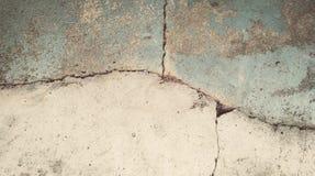 Abstrakt bakgrund, gammal grå murbruk med sprickor arkivbild