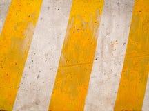Abstrakt bakgrund, gula diagonalremsor på konkret weathere Royaltyfri Foto