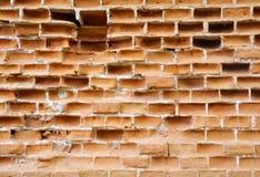 Abstrakt bakgrund med den trasiga ricketyoldtegelstenväggen med smulade tegelstenar Arkivfoto
