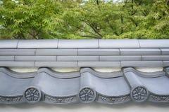 Abstrakt bakgrund med detaljer av traditionella japanska keramiska tegelplattor Arkivfoto