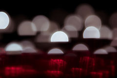 Abstrakt bakgrund med glödande halvcirklar för vit och rött på en svart bakgrund Noir bakgrund Arkivbild