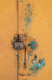 Abstrakt bakgrund med hål och låsaskruvar och texturrostapelsin-brunt med fläckar Den vertikala ramen Arkivfoton
