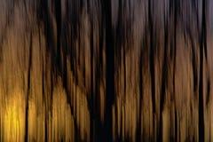 Abstrakt bakgrund med horisontalsuddiga vertikala linjer i apelsin och svart Arkivfoto