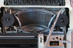 Abstrakt bakgrund med metalldelen och best?ndsdelar av skrivmaskinen arkivfoton