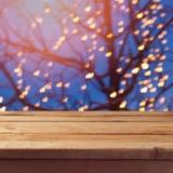 Abstrakt bakgrund med trä tömmer tabellen över festlig trädbokeh Arkivbild