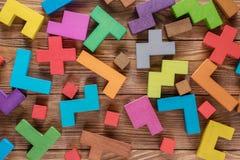 Abstrakt bakgrund med träkvarter för olika färgrika former Geometriska former i olika färger Begrepp av idérikt, logik Royaltyfria Bilder