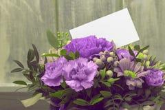abstrakt bakgrund Nya blommor med ett vitt kort Royaltyfri Foto