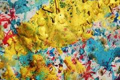 Abstrakt bakgrund och guld- violetta borsteslaglängder, toner, fläckar Arkivbilder