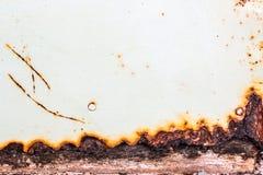Abstrakt bakgrund och textur av rost på ett gammalt åldrigt järn som täcker yttersida med vit färg arkivfoto
