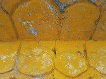 Abstrakt bakgrund, ovala ljusa gula beståndsdelar av arkitektur med fallande målarfärg och fläckar av blått och vit Arkivfoton