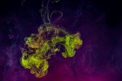 Abstrakt bakgrund, röktextur i luften Rökfragment som isoleras på mörk bakgrund Royaltyfri Foto