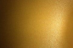 Abstrakt bakgrund, refraktion på den bruna metalliska väggen i mörkt rum royaltyfri fotografi