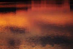 abstrakt bakgrund Solnedgånghimmel reflekterad i vatten Fotografering för Bildbyråer