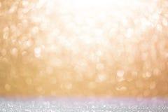 Abstrakt bakgrund som fylls med skinande guld, och silver blänker Arkivfoto