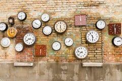 Abstrakt bakgrund som komponeras av klockor på väggen Royaltyfri Bild