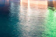 Abstrakt bakgrund, textur av bl?tt vatten med m?ngf?rgade viktig p? den royaltyfri fotografi