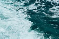 Abstrakt bakgrund - vattenflöden i floden eller havet arkivfoton