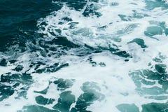 Abstrakt bakgrund - vattenfl?den i floden eller havet arkivbild