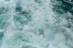 Abstrakt bakgrund - vattenfl?den i floden eller havet arkivfoto
