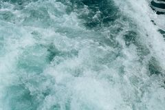 Abstrakt bakgrund - vattenfl?den i floden eller havet arkivfoton