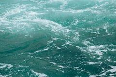 Abstrakt bakgrund - vattenfl?den i floden eller havet royaltyfri foto
