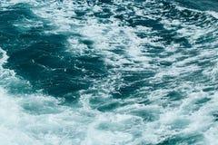 Abstrakt bakgrund - vattenfl?den i floden eller havet royaltyfri fotografi