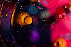 abstrakt bakgrundsavstånd Vattendroppar av olika färger Arkivbilder