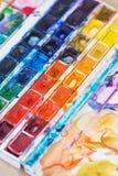 Abstrakt bakgrundsbegrepp för skolavattenfärg Hobbyer och utbildning, en cuvette med olika vattenfärger Royaltyfria Bilder