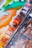 Abstrakt bakgrundsbegrepp för skolavattenfärg Hobbyer och utbildning, en cuvette med olika vattenfärger Royaltyfri Foto