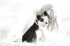 Abstrakt bakgrundsförälskelse mellan kvinnan & husdjurvalphunden Fotografering för Bildbyråer