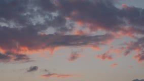 abstrakt bakgrundsnatur Dramatiska och lynniga rosa färger, lilor och blå molnig solnedgång stock video