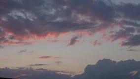 abstrakt bakgrundsnatur Dramatiska och lynniga rosa färger, lilor och blå molnig solnedgång arkivfilmer