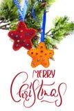 Abstrakt bakgrundsstjärnagarnering och gran som hänger med glad jul för text Kalligrafibokstäver Arkivfoton