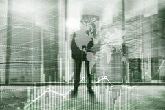 abstrakt bakgrundsuniversal silhouettes för affärsfolk Ekonomisk tillväxtgrafdiagram Blandat massmedia för dubbel exponering arkivfoto