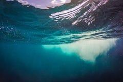 abstrakt bakgrundsvatten Blått hav och plaskande vattenbegrepp Arkivfoto