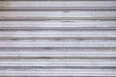 Abstrakt bandmodell av vita metalliska rullslutaredörrar Royaltyfri Fotografi