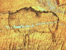 Abstrakt barnkonst i sandstengrotta Svart kolmålarfärg av bisonen på sandstenväggen stock illustrationer