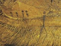 Abstrakt barnkonst i sandstengrotta Svart kolmålarfärg av mänsklig jakt på sandstenväggen royaltyfria foton