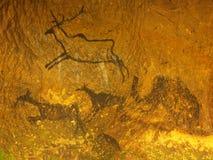 Abstrakt barnkonst i sandstengrotta Svart kolmålarfärg av mänsklig jakt på sandstenväggen royaltyfri foto