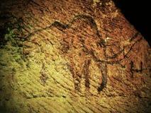 Abstrakt barnkonst i sandstengrotta Svart kolmammutmålarfärg av mänsklig jakt på sandstenväggen, kopia av den förhistoriska bilde royaltyfri illustrationer