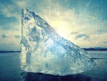 Abstrakt begrepp Övervintra sikten av det djupfrysta havet till den motsatta banken Solen i färgrik ilsken blick för is Fotografering för Bildbyråer