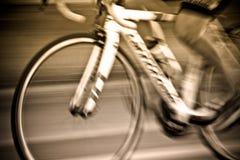 Abstrakt begrepp av cyklisterna som rider med rörelse av att rida för cyklister Royaltyfri Fotografi