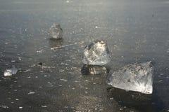 Abstrakt begrepp av den djupfrysta sjön, texturerad modell i stycken av is yttersida för plant exponeringsglas Arkivbilder
