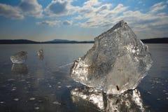 Abstrakt begrepp av den djupfrysta sjön, texturerad modell i stycken av is yttersida för plant exponeringsglas Fotografering för Bildbyråer