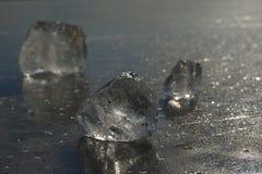 Abstrakt begrepp av den djupfrysta sjön, texturerad modell i stycken av is yttersida för plant exponeringsglas Arkivfoto