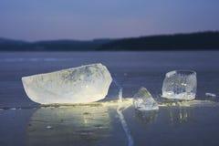 Abstrakt begrepp av den djupfrysta sjön, texturerad modell i stycken av is yttersida för plant exponeringsglas Royaltyfria Bilder