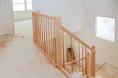 Abstrakt begrepp av den härliga trapparäcket och mattade moment i hus Arkivfoto