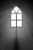 Abstrakt begrepp av det mystiska fönstret i den forntida kyrkan med rök a Arkivfoto
