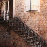 Abstrakt begrepp av en brun stenvägg med fönstret och trappa Fotografering för Bildbyråer