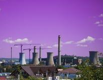 Abstrakt begrepp av förorening med den petrokemiska växten Royaltyfri Bild